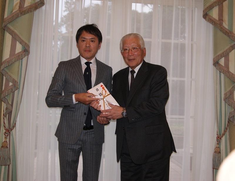 遊運協・高橋副理事長から井上理事長に寄付金を贈呈。