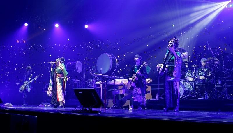 ライブを披露する和楽器バンド。
