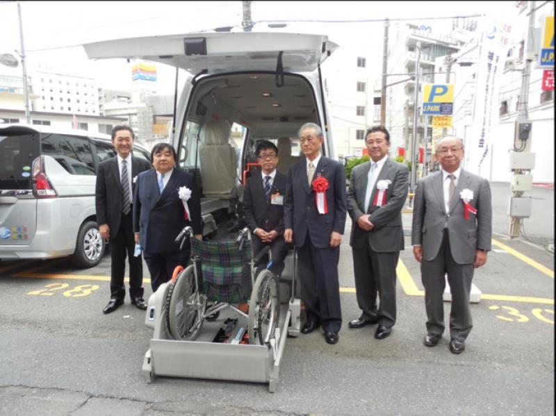 贈呈式終了後は伊坂会長と神奈川県遊協執行部が福祉車両1台1台を視察。