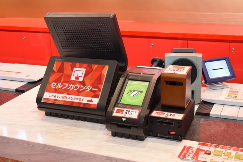 遊技客が自分で賞品交換できるセフルカウンター。2台のPOS端末がセルフ対応。