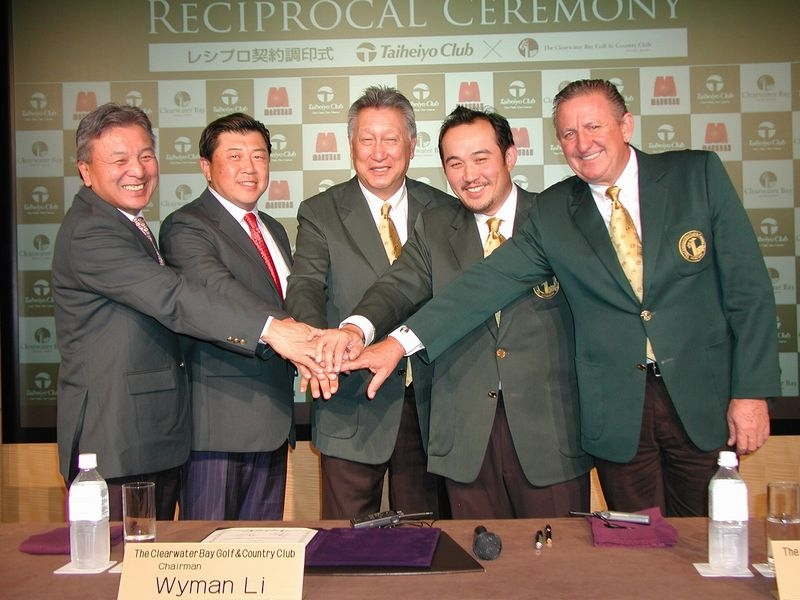 当日は「ザ クリアウォーター ベイ ゴルフ&カントリークラブ香港」とのレシプロ契約の締結を発表し、調印式が行われた。