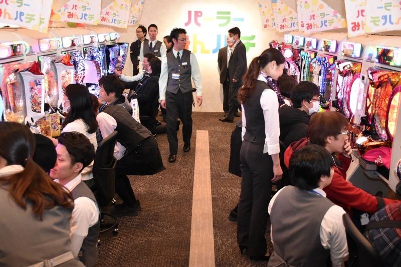 2階のみんぱちコーナーでは、遊技説明を聞きながら、スタッフと一緒になって遊技する姿が見られた。