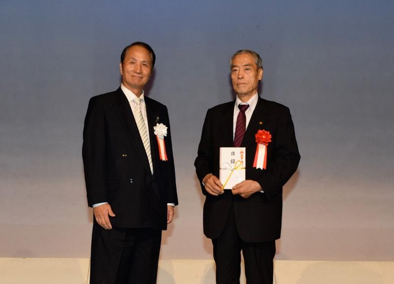 第四、第十ブロックでは、代表して荻窪防犯協会に防犯資材を寄贈した。