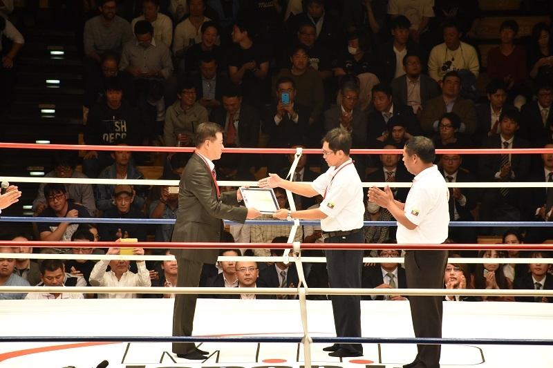 試合前には、MTBFのテイン・アウン会長(中央)から、ILFJの三井慶満代表理事(左)へ国際プロモート権の承認書が授与された。