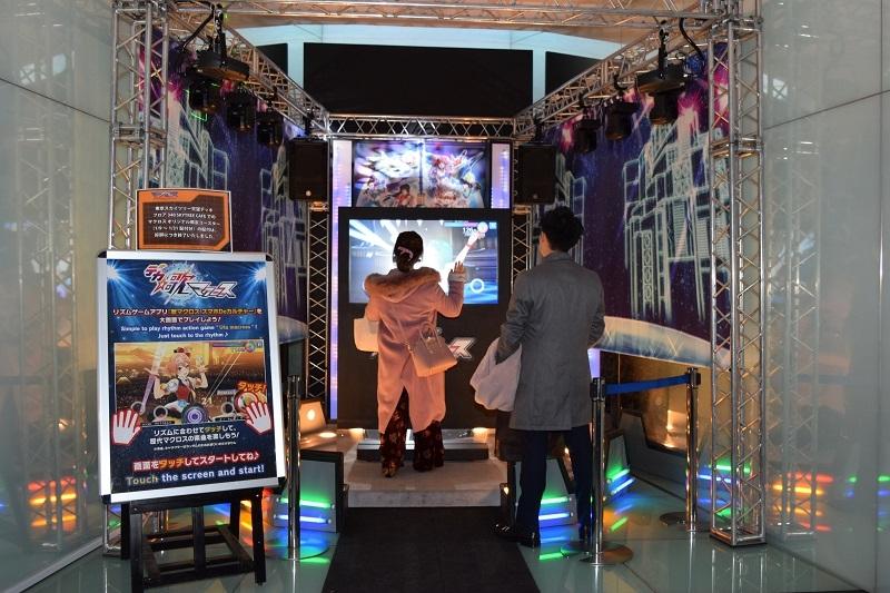 天望回廊にはリズムゲームアプリが大画面で体験できる「デカ☆歌マクロス」のブースが設置されている。