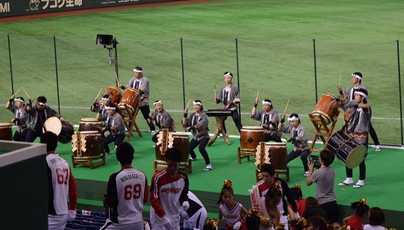 永和商事ウイングのスタンドには地元の四日市諏訪太鼓の音色が響き渡った。