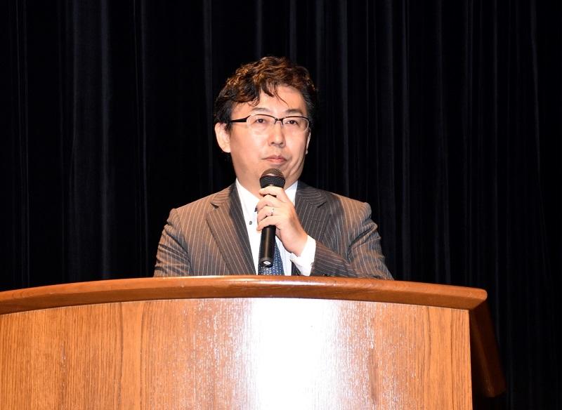第1部で2017年の遊技機動向を総括したパチンコビレッジの村岡代表取締役。
