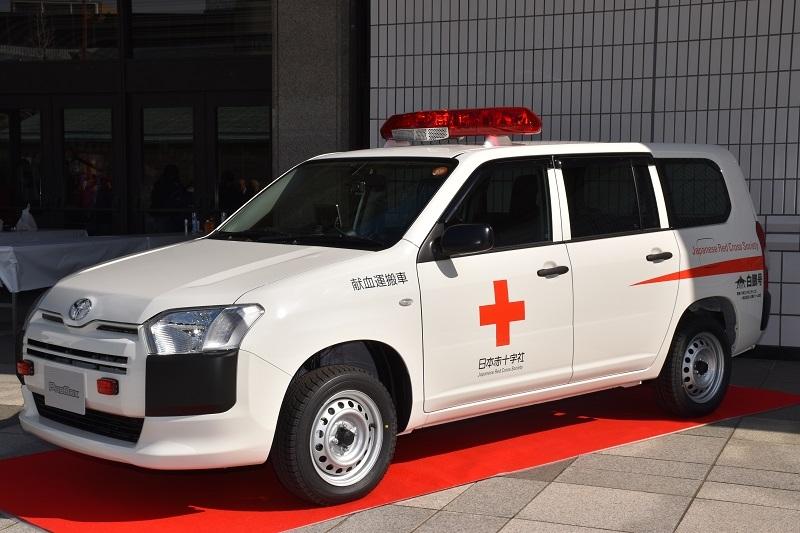 贈呈された白鵬号」。献血運搬車が贈られるのは今年で2台目。