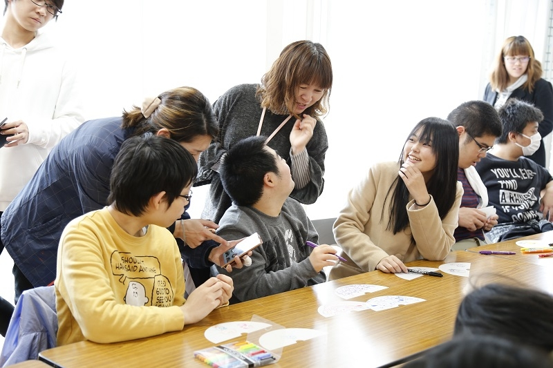 ワークショップには子どもから大人まで多くの地域の人々が参加した。