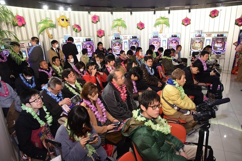 会場は座り切れず立ち見が出るなど、多くのプレス関係者が来場した。