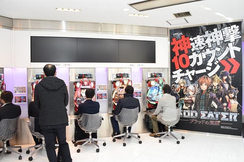 内覧会には多くの業界関係者が試打を体験。