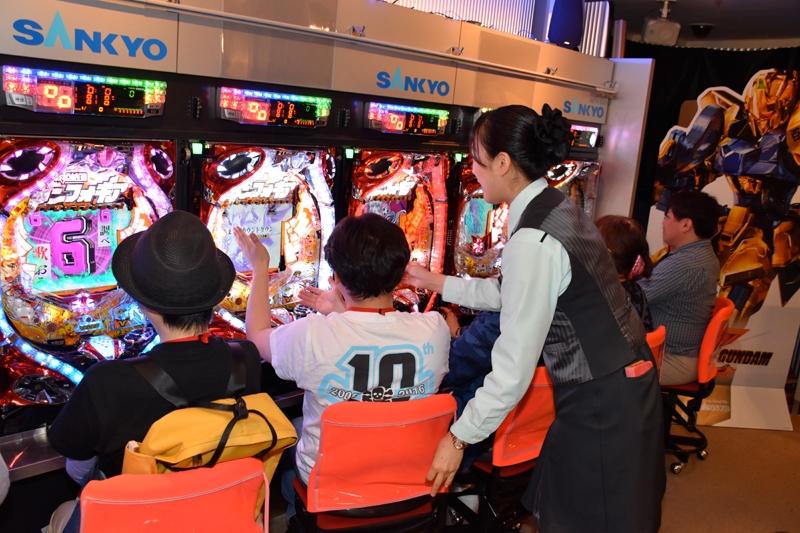 各ショールームでの遊技にはホールスタッフが接客対応。