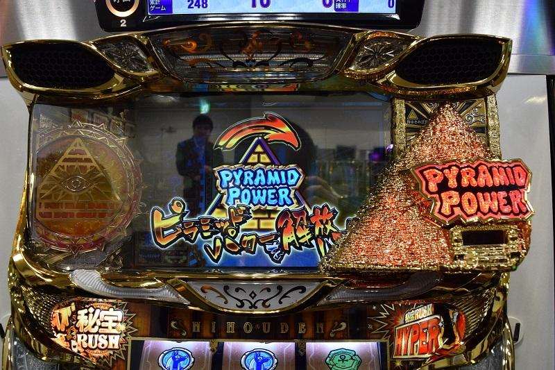 液晶横のピラミッド役物は大量ゲーム数獲得時に使用。ブルブルと震える振動が快感を与える。