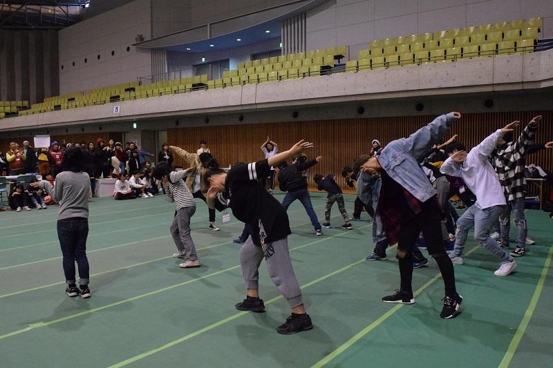 ダンス教室ではDA PUMPさんの『USA』の振り付けを練習。汗をかくほど真剣に練習を行った。