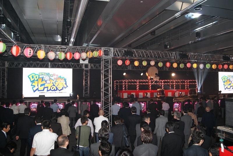 「夏祭り」をイメージした特別先行展示会会場。