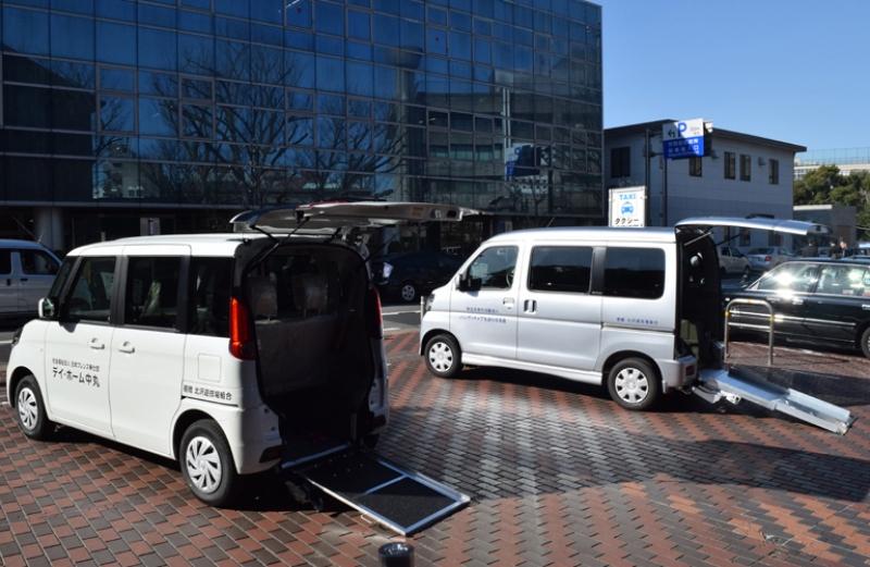 北沢組合が寄贈した2台の福祉車両。平成5年から続けており、これで寄贈は累計50台となった。