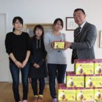札幌市内の児童養護施設にお菓子を寄付~回胴遊商