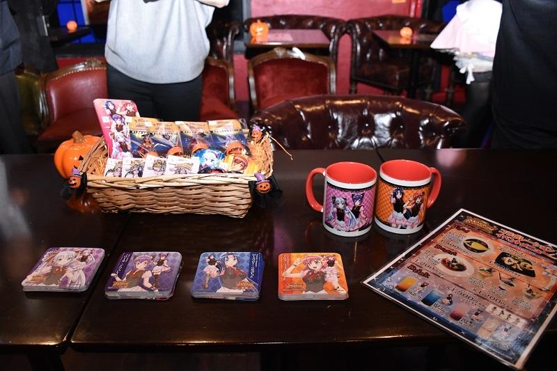 マグカップやマルチスライドスマホカバーなどオリジナルグッズが入手できる。