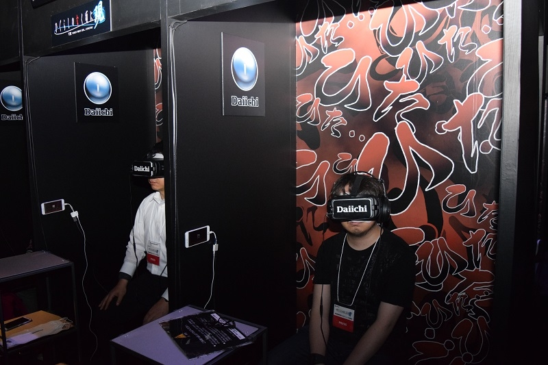 VRを体験するプレス関係者。