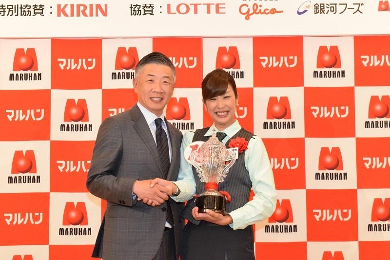 3度の入賞を果たし、殿堂入りした1位の《マルハン苗穂店》の寺田未来さん韓裕社長。