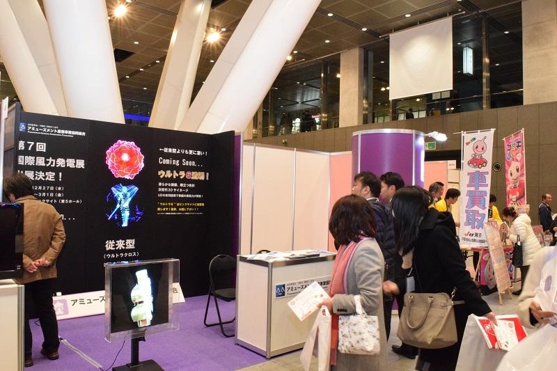 次世代の3Dサイネージに多くの来場客が足をとめた。
