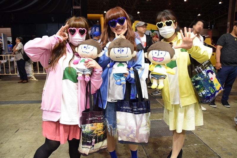 二日間を通して「超パチ」ブースに訪れていたおそ松女子の三人組。MCのトークの盛り上げに一役買ってくれていた。