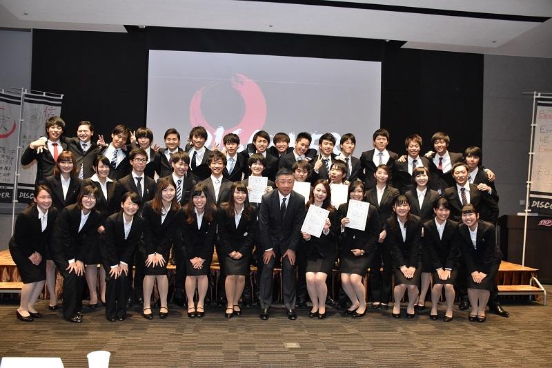 プレゼンを行った学生たちと韓裕社長との集合写真。
