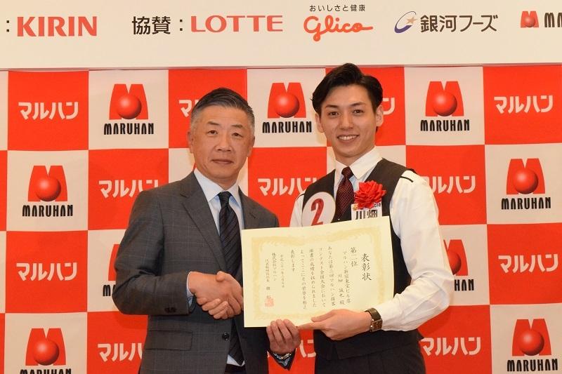 3度の入賞を果たし、殿堂入りした2位の《マルハン新宿東宝ビル店》の川端誠也さんと韓裕社長。