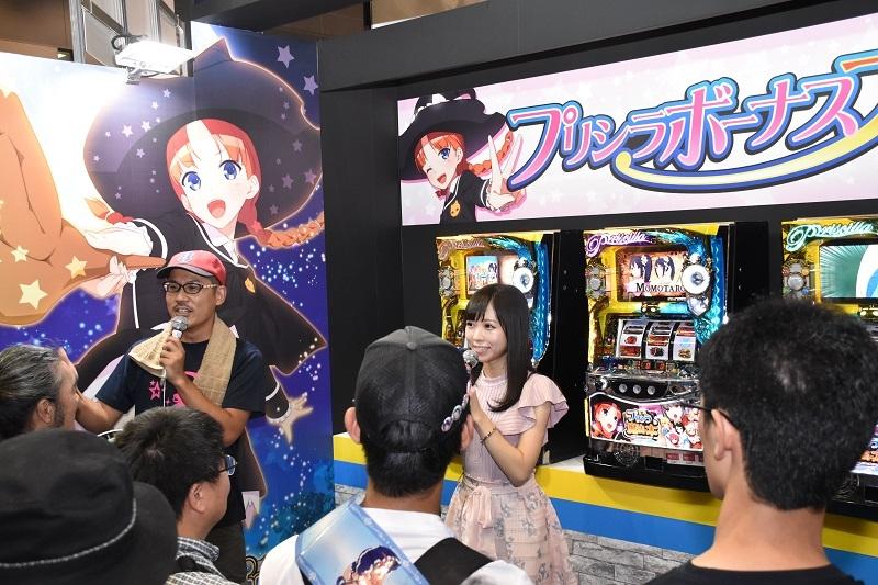 コミケ初日には同機でレッドフード役を演じた「LinQ」の姫崎愛未さんが登場。アフレコエピソードなどを披露した。