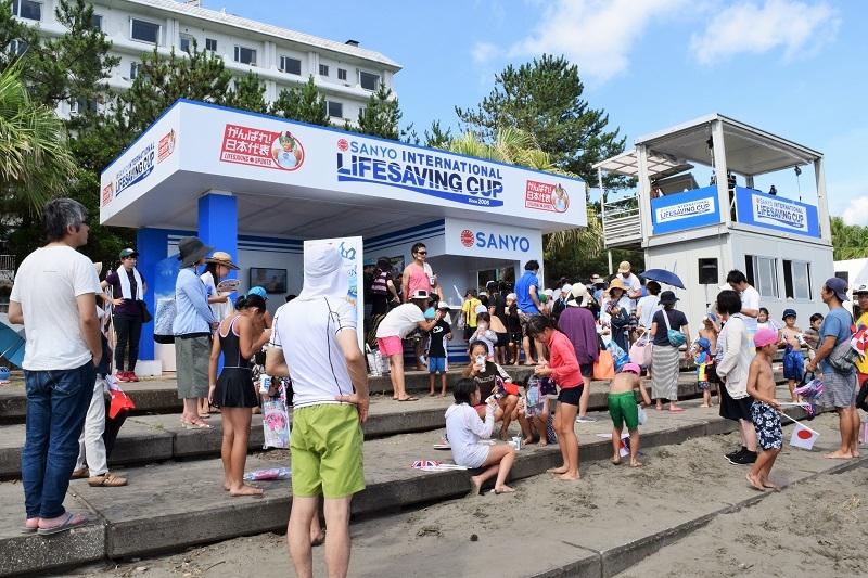 大会が海開きと重なり、多くの家族連れが訪れた青島ビーチ。子ども達は各国の代表選手のプレーに大興奮だった。