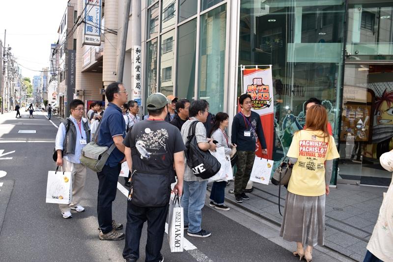 約20名のグループに分かれて各ショールームを訪問する参加者。