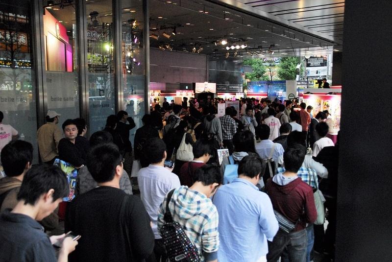 物販コーナーに並ぶファン。物販コーナーは完売する商品が続出する盛況ぶりだった。