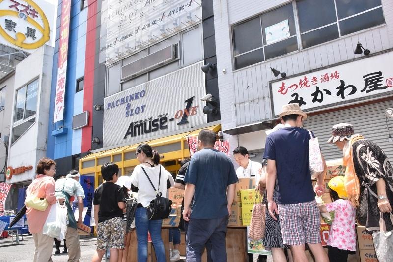店舗の外で行われた「蓮沼得市」には大勢の購入希望者が集まり賑わいを見せていた。