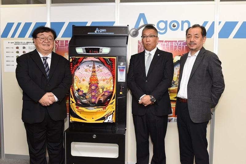 40年ぶりとなる手打ち式パチンコを発表した金子亮太社長(写真中央)と特別ゲストの篠原菊紀教授(写真右)、牧野哲也館長(写真左)。