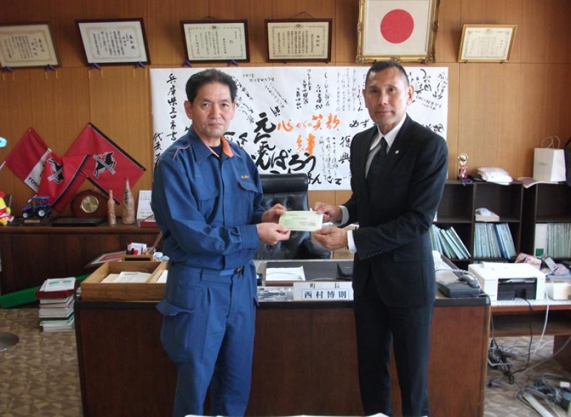 益城町の西村町長に義援金を届ける夢コーポレーションの加藤社長(右)。