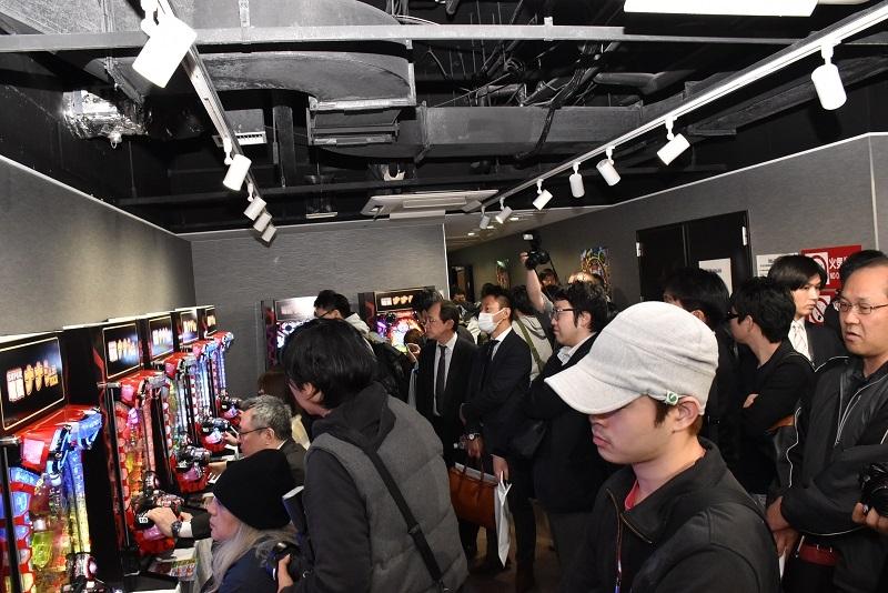 発表会には多くの関係者が訪れ試打コーナーも超満員となった。