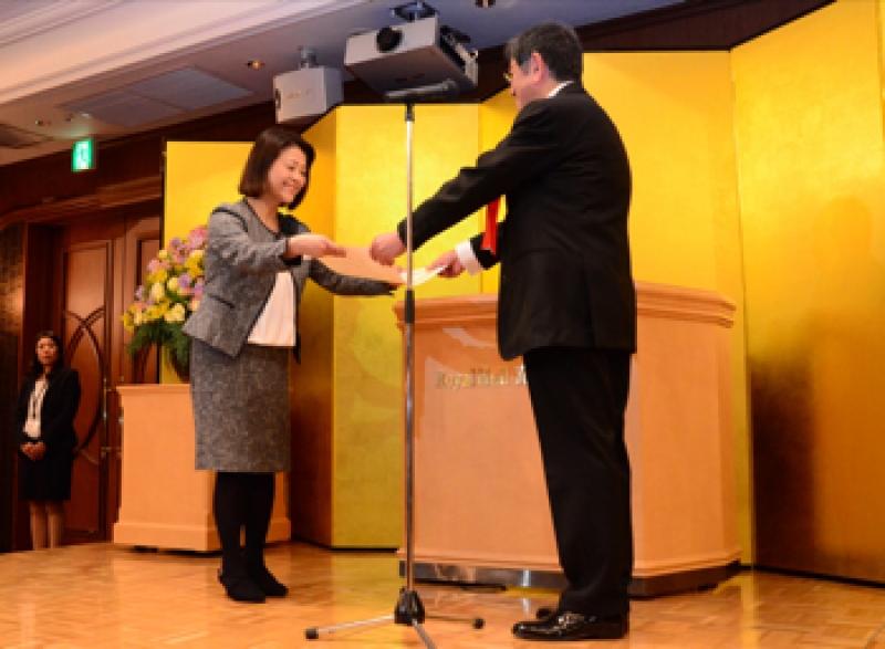 神奈川県交通安全協会は助成に対し、石坂浩二会長から神福協・石垣由美子事務局長に感謝状を贈呈した。