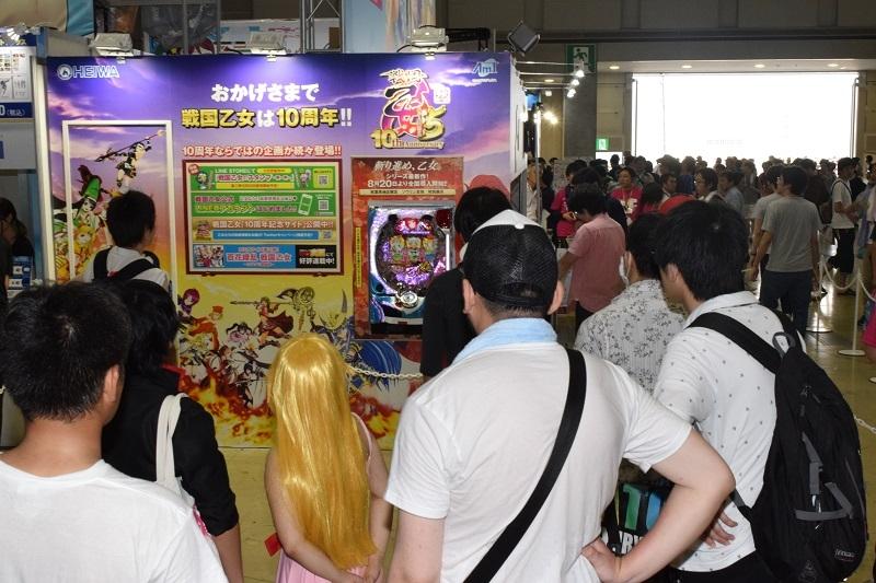 平和ブースでは『CR 戦国乙女5~10th Anniversary~』が実機展示されており、大勢のファンが期待に胸を膨らましていた。