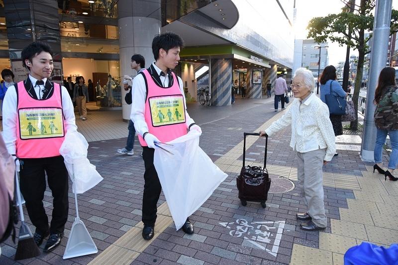 清掃活動は地域住民から好評。多くの人達から声をかけられた。