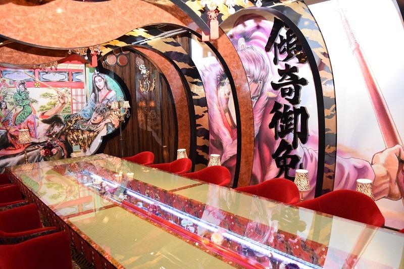 花の慶次のコンセプトルームでは、豪華絢爛な装飾に加え、机中央には慶次の愛用する朱槍が置かれている。