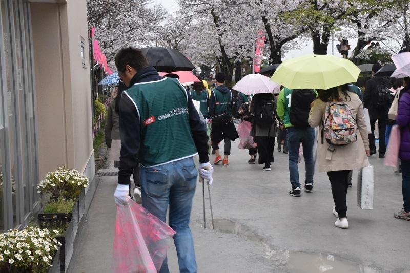 「桜まつり」が開催されていた隅田公園。花見客で溢れる中、公園内を清掃する参加者達。