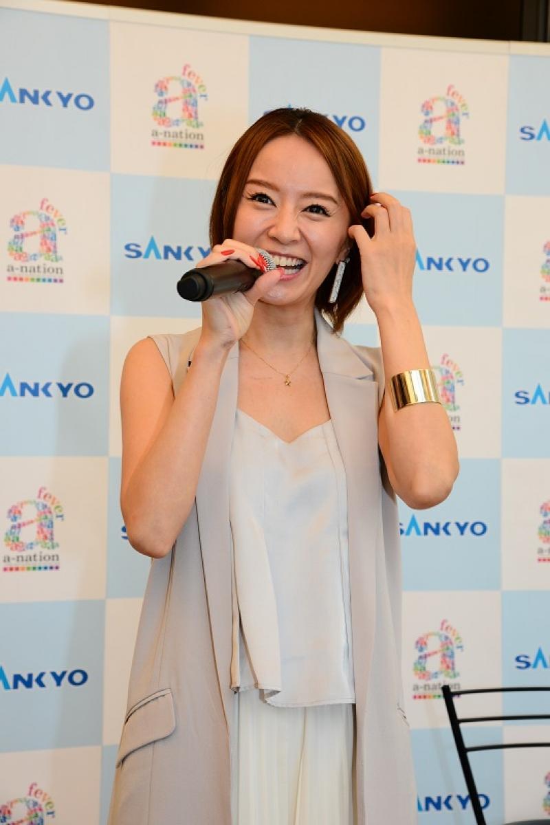 同機の感想について「ライブ演出が豊富で、女性でも楽しめるパチンコになっている」と語った鈴木亜美さん。