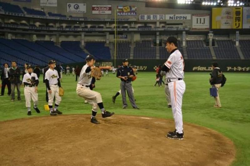 ファンフェスタでは小中学生ら約100名がプロ野球選手OBの指導を受けた。