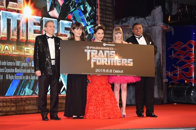 特別ゲストの(写真左から)デーブ・スペクターさん、京子・スペクターさん、デヴィ夫人、ダコタ・ローズさん、アントニーさん