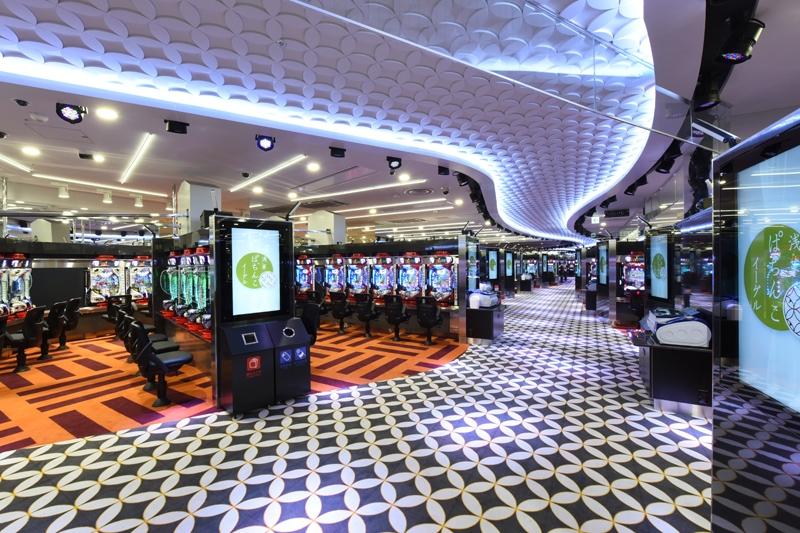 ワンフロアに825台の遊技台数を設置。ジャパニーズモダンをコンセプトに快適な遊技環境を追求。