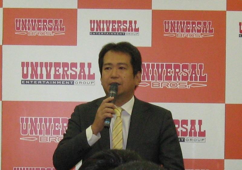 記者会見発表会で挨拶する長谷川室長。