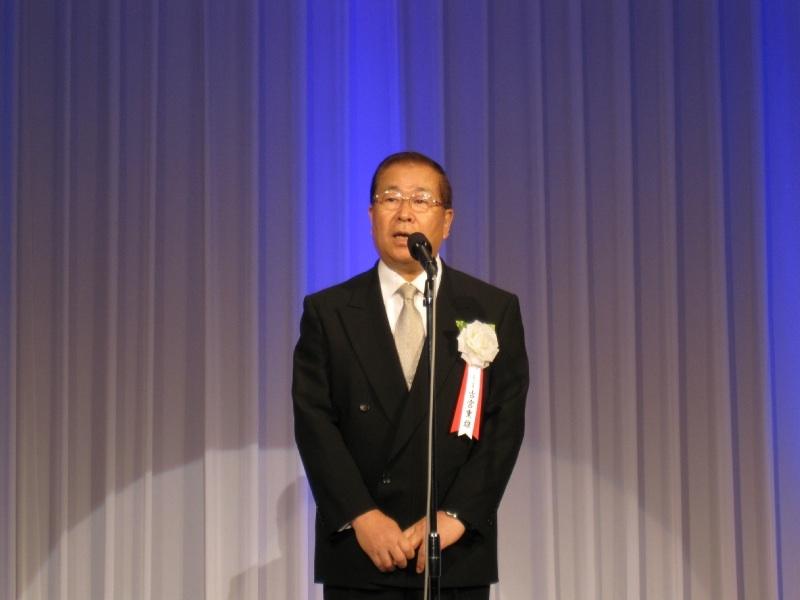 開会の挨拶に立った古宮重雄会長。「40年前の創立当時は現相談役の松波廣和社長のもと、わたしも含めて4人。小さな事務所でのスタートでした」と感慨を込めて語った。