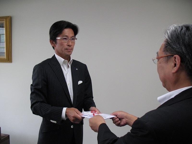 北海道新聞社会振興福祉基金への寄付金贈呈の様子。