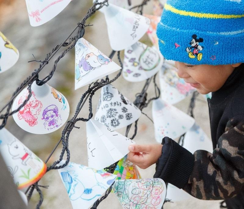 ニラクのイルミネーションでは、地元の人々に描いてもらった「楽しいと思うこと」をLEDランプで灯した。
