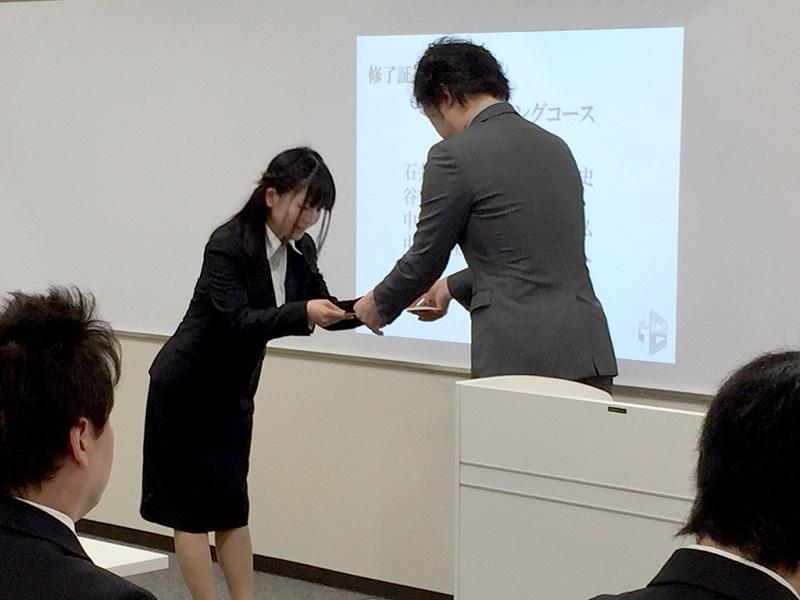 大阪校の模様。全4コース約50人が終了証を受け取った。